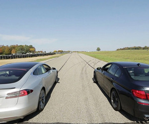 A Drag Race Between a Tesla Model S and a BMW M5 [Video]