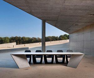 Angle Table by Serra & Delarocha