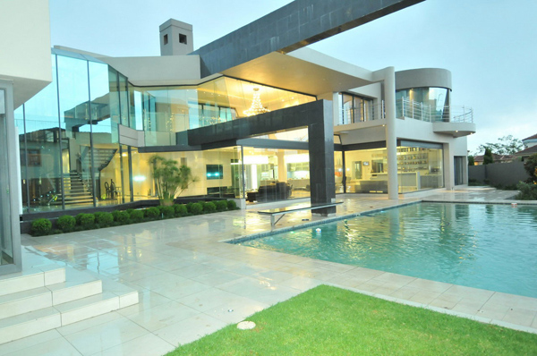 Cal kempton park by nico van der meulen architects for Homes with separate living quarters