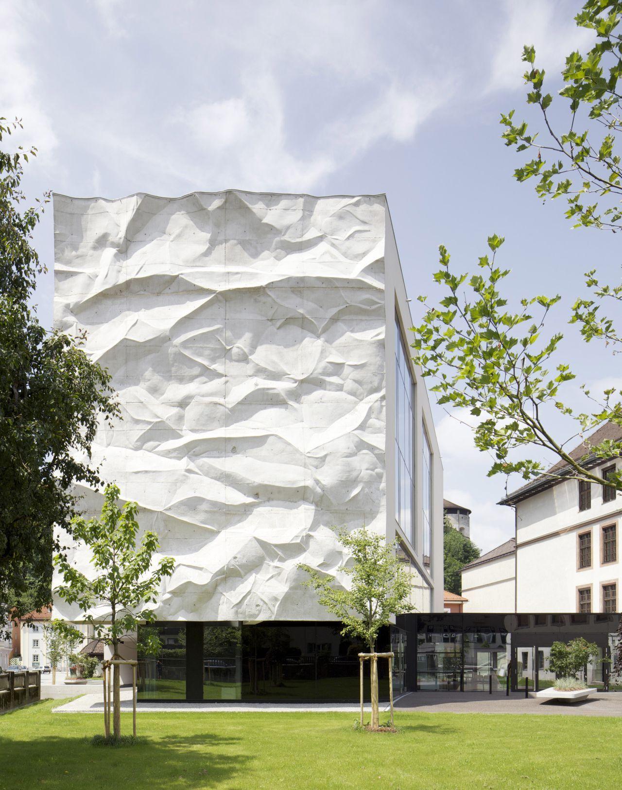 high school crinkled wall by wiesflecker architekten. Black Bedroom Furniture Sets. Home Design Ideas