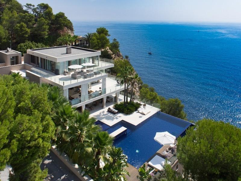 Modern spanish coastal villa for Modern houses in spain
