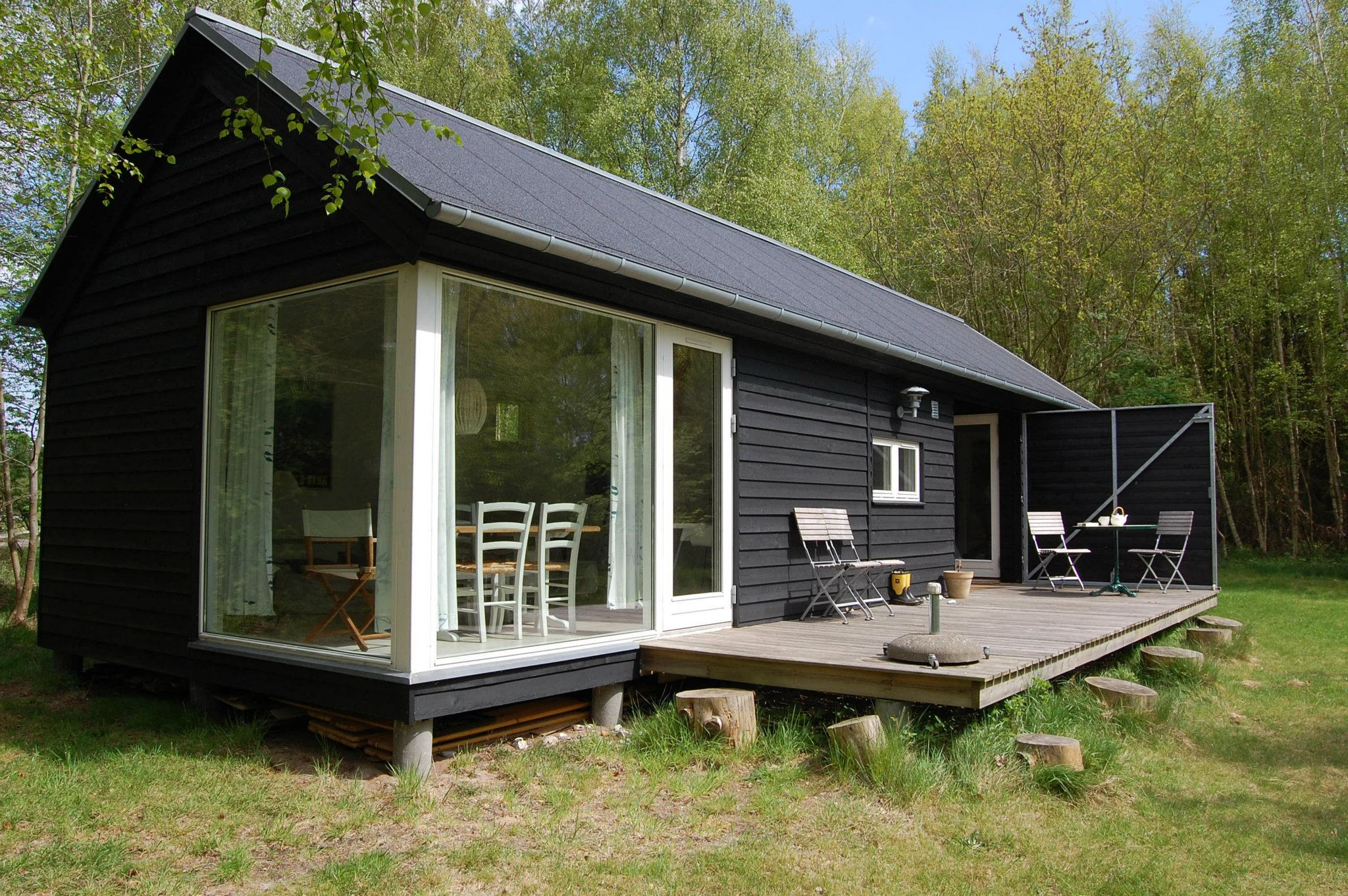 L ngehuset a modular holiday house by m n huset for Modern cabin plans for sale
