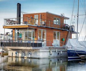 Luxurious floating Aqua Villa on Pampas Marina