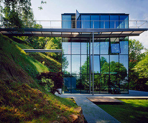 Off-the-grid green house with glass facade