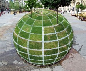Qui Croire?- A Grass Globe Optical Illusion