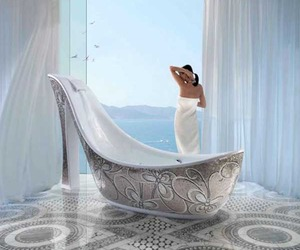 Shoe-Shaped Luxury Bathtub Design