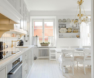 Snow white and cozy: a lovely kitchen