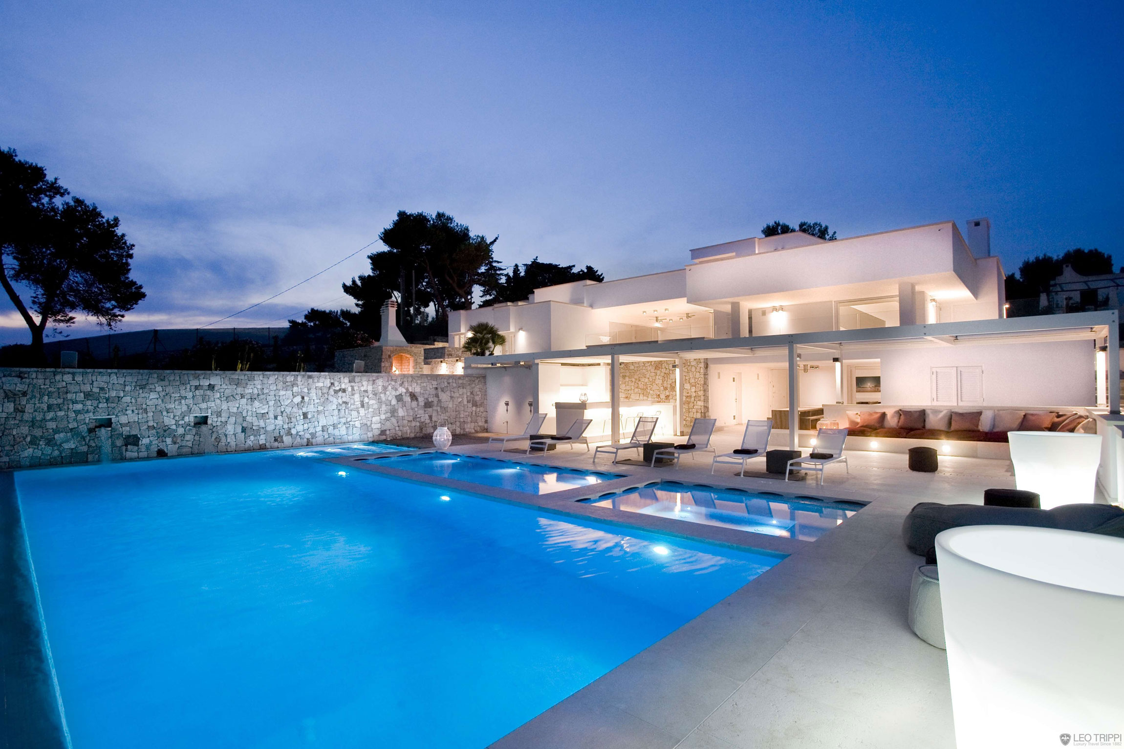 Villa bianca in apulia italy for Pool villa design